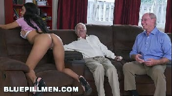 Mulher linda pelada dando para um velho enquanto o seu amigo assiste tudo