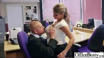 Mulher dando gostoso para seu chefe no trabalho