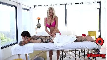 Loira gostosa fazendo uma massagem deliciosa no macho tatuado