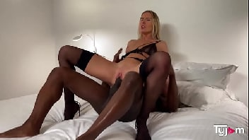 Loira bronzeada fazendo um sexo gostoso com seu homem