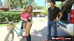 Menina assanhada dando para o pai da sua amiga