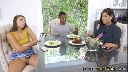 Sexo triplo cara sortudo fodendo namorada e sogra