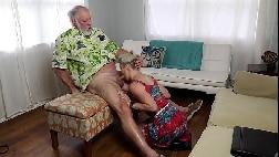 Velho malandro fodendo a danadinha forte